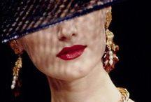 """YVES SAINT LAURENT . / ( 1936-2008 ) En 1955 il entre chez  Christian DIOR dont  il prendra la direction artistique en 1957 à la mort de celui ci.  En 1960 il  crée sa propre maison de couture.  En 2012  Hedi Slimane prend la direction de la création pour la couture, avec pour nouveau nom """" Saint-Laurent Paris."""
