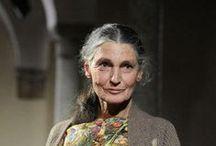 BENEDETTA BARZINI / Une femme libre, qui assume sans complexe son âge avec ses rides et ses cheveux blancs.  Elle a été considérée comme une des plus belles femmes du monde dans les années 70.  Mannequin, actrice,  Benedetta Barzini  est née le 22 septembre 1943.
