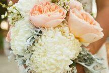 Bröllop   Blommor / Ja. Vi vill fira dig som är hopplöst förälskad. Göra din dag magisk. Natten helt galen. Och vara en del av alltihop. För vi älskar bröllop. Djupt, innerligt och kanske lite för mycket. Vi koordinerar bröllop året om, med fokus på god mat och dryck, glädje och dans till långt fram på natten. Vill ni komma och hälsa på oss för att se vad vi kan göra för er? Kila över till: http://vidbynasgard.se/wedding/ så bokar vi in en lyxfika!