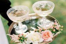 Bröllop    Trendspaning 2016 / De stora nya bröllopstrenderna för 2016 är: 1. Pre Coctails, det vill säga att bjuda på drinkar innan vigseln. 2. Tvådelade bröllopsklänningar. 3. Vintageinspirerade ringar. 4. De nya färgskalorna (guld och skir rosa är fortfarande supertrendigt) är mörkare, framförallt marinblå och vinröd. 5. Blommorna blir mer vildvuxna både i buketten men framförallt som bordsdekor.