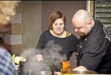 Kochkurs in unserer Showküche / Wir veranstalten einmal im Monat in unserer Ausstellungsküche einen Kochkurs mit einem Profi. Lernen Sie unsere Küchenqualität kennen & verbringen Sie einen schönen Abend in geselliger Runde.