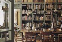 Traditioneller Einrichtungsstil / Etwas traditionellere, farbenfrohere Wohnräume und Interiors mit einem modernen Twist, klassisch amerikanischer/ englischer Wohnstil in Altbauten; Bibliotheken, Antiquitäten, Holzverkleidung, farbige Wände, Kronleuchter, Küchen.