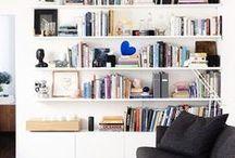 Interior: Bücherregale / Bücherregale dekorieren, ordnen, stylen im Wohnzimmer. Regale präsentieren neben Bücher auch Dekoobjekte und Kunst, z.B. im schlichten modernen Skandistil. Mehr Wohnideen gibt es auf meinen anderen Interior-Boards.