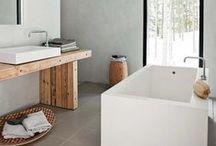 Interior: Badezimmer / Badezimmer einrichten wohnen dekorieren Interior Design. Bad mit Badewanne, Tageslicht, Waschtisch, Waschbecken, Toilette, Dusche, Armaturen, Fliesen. Traumbäder mit freistehender Badewanne, Doppelwaschtisch, Marmor, Glasdusche ebenerdig, moderner Einrichtung, Stauraum, Schränken, WC, Beleuchtung, Farbkonzept monochrom modern schlicht minimalistisch reduziert schwarz, weiß, Holz, Naturtöne. Bunte/ gemusterte Fliesen, Körbe als Aufbewahrung Hocker Pflanzen Spiegel Handtücher Dekoration.