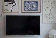 Wohnideen für den Fernseher / Wohin mit dem Fernseher? Einrichtungsideen, um den Fernseher im Wohnzimmer clever unterzubringen. TV im Schrank, Sideboard, Stauraum verstecken, an der Wand als Bilderwand, mit dunkler Wandfarbe getarnt... Einrichten und Wohnen.
