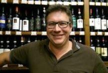 Kurt Kickinger: Mit der Natur im Kamptal und der Thermenregion / Klaus Kickinger ist eigentlich ein Quereinsteiger im Bereich Wein. Wenn man mit Ihm spricht, merkt man davon aber nichts. Im Gegenteil: Er hat in Italien gelernt, er lebt Wein und er wird uns seinen Zierfandler aus seinem Weingarten in der Thermenregion und einen Grünen Veltliner aus dem Kamptal vorstellen. Für sich alleine genommen bereits zwei spannende Rebsorten. In Verbindung mit der Arbeit von Kurt Kickinger im Weingarten kann ich Ihnen eine besondere online Weinprobe versprechen.