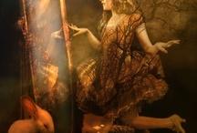 ESPEJOS MAGICOS / No hay ningún espejo que refleje la realidad. La realidad en el espejo se desdobla, se duplica y sobre todo se invierte.