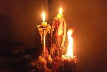 EL LENGUAJE DE LAS VELAS / Las Salamandras, los genios que residen en el Elemento del Fuego a menudo se comunican por medio de las velas. Pueden Indicarnos, por la forma de su llama, por la manera en que se derrite la cera, o por las formas que va adquiriendo, datos importantes que nos sirvan de orientación.
