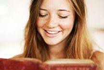 Fantastici lettori di libri / Foto e ritratti di persone intente nella lettura di libri, assorte tra le pagine, immerse nei romanzi, concentrate sui saggi...