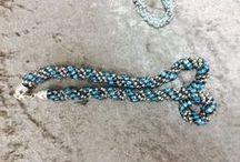 Perlen, Schmuck & mehr / Perlen und die Gestaltung von Schmuck sind ein fester Bestandteil im Bereich Bastelbedarf. Freut Euch auf eine große Auswahl an Perlen und Schmuckteilen und werdet kreativ.