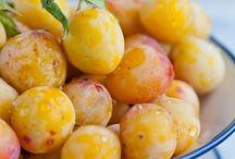 Mirabelle de Nancy / Prunus domestica ´Mirabelle De Nancy´ wordt in de volksmond ook vaak gele kroosjespruim genoemd. De goed vruchtbare bomen produceren kleine, gele met rood gestippelde vruchten. Het vruchtvlees is vast, sappig en zeer gesuikerd. De steen van de Mirabelle laat goed los. Plukken kan rond half augustus.  Recepten voor deze pruimsoort