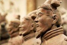 Terracotta Army / Это захоронение, по крайней мере, 8099 полноразмерных терракотовых статуй китайских воинов и их лошадей, обнаруженное в 1974 году рядом с гробницей китайского императора Цинь Шихуанди неподалёку от города Сиань. Терракотовые статуи были захоронены вместе с первым императором династии Цинь - Цинь Шихуанди (объединил Китай и соединил все звенья Великой стены) в 210-209 гг. до н. э.