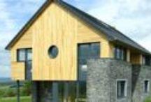 Fassaden aus edlem Robinienholz / Eine Holzfassade aus edlem Robinienholz ist ein Statement für Naturverbundenheit. In dieser Funktion sieht man Holzfassaden immer öfter auch in der modernen Architektur. Ob vollflächig verkleidet oder flächenweise aufgelockert - eine Hausfassade wird durch besonders haltbares Robinienholz nicht nur optisch aufgewertet.