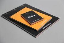 Rhodia Basics / Des blocs agrafés, rien que des blocs agrafés ! Avant-gardiste dès sa création, le bloc Rhodia Orange est devenu LE symbole des blocs de qualité. Un produit trans-générationnel qui inspire toutes les déclinaisons  contemporaines, fidèles à son ultra-fonctionnalité et son ultra-simplicité.