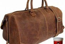 Reisetaschen aus Leder / Sind Sie ein stilvoller Mensch, dann ist Ihnen sicher auch bei praktischen Alltagshelfern eine angenehme Optik wichtig. Die Reisetaschen in dieser Kategorie bestechen allesamt durch ein klassisches Design und eine griffige, markante Oberfläche.