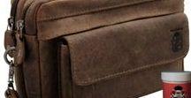 Handgelenktaschen aus Leder / Handgelenktaschen sind besonders praktische Begleiter, in denen Sie Ihr Geld, Dokumente und weitere Utensilien gut verstaut unterbringen können. Die alltagstauglichen Accessoires für den modebewussten Herren werden Sie mit ihrer durchdachten Fächeraufteilung begeistern und bieten Ihnen ausreichend Platz selbst für den Zollstock.
