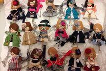 Bamboline Dolce Eli / Le bamboline Dolce Eli sono delle bamboline artigianali con vestitini confezionati minuziosamente da mani esperte e interamente made in italy. Rifinite con estrema attenzione al dettaglio, ogni bambolina è un pezzo unico. Ogni giorno potrai scegliere il tuo stile ed indossare la Dolce Eli che più ti rappresenta come collana o come spilla. Personalizza la tua bambolina Dolce Eli come preferisci: scegli l'abito, la pettinatura, gli accessori e lo stile a cui ispirarti. Collezionale tutte!