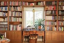 Erikas hus: Biblioteket / #bibliotek #platsbyggda #bokhyllor #rökbord #vitrinskåp #kakelugn #skrivbord #gnistplåt