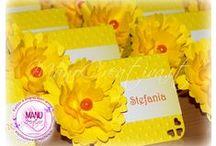 Coordinato in giallo per la Prima Comunione di CAMILLA e SARA / Segnaposti e Menu coordinati, con fiorellino 3D