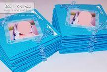Inviti per il Santo Battesimo di ANTONIO /  Personalizzati con foto e compresi di busta.  Decorati con pallini a rilievo e bordo fustellato.  Colori: azzurro | bianco | celeste