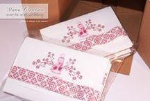 Per la Prima Comunione di MARIA LUISA... /  Inviti in bianco e bordeaux, realizzati con cartoncino rigato e abbelliti con fiocco.