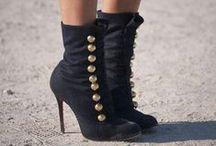 So shoes / Le talon haut a été inventé par une femme qui en avait assez d'être embrassée sur le front. Rien n'a été inventé à ce jour de mieux que les talons pour embellir les jambes, et pour celles qui sont déjà belles les rendre sublimes.