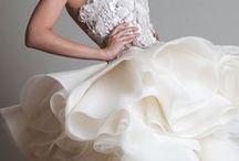 Ruffles, Plumage, Flakes, Laces & Company / Fantastiche gonne, per fantastici abiti da sposa........ con piume, fiocchi o con le increspature simili alle onde del mare.