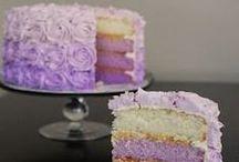 Ombre Cake - Torte Sfumate / Una torta nuziale sfumata sia dentro che fuori. Sono le Ombre Cake o Torte Sfumate. Un'altra divertente alternativa, si tratta di una tecnica che propone sì la copertura ma caratterizzata da una delicata gradazione di colore, che va dal tono più scuro a quello più chiaro, dalla base o viceversa. La particolarità è che la gradazione si può realizzare sia con la pasta di zucchero che con la panna.