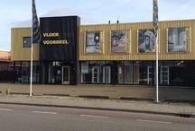 Showroom Vloervoordeel / Vloervoordeel heeft een uitgebreide showroom waar u al onze producten in het echt kan bekijken. Al onze vloeren zijn op de grond te zien waardoor u de beste beleving en inspiratie op doet. Tevens zijn al onze aanbiedingen ook echt op voorraad en geen lokkertjes.  Winkel & magazijn: Vloervoordeel Strijkviertel 46 3454 PN De Meern ( Utrecht)  Openingstijden: Maandag gesloten Dindag t/m Vrijdag 08:30 - 17:30 Woensdag avond 19:00 - 21:00 Zaterdag 10:00 - 16:00