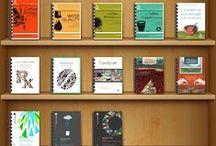 KNIHA O ČAJI ☕ KNIHA O KÁVĚ ☕ READING FOR BARISTA / Zde najdete spoustu knih o kávě a čaje. Každá kniha, která je zde zobrazena stojí za to přečíst. Dozvíte se například, o různých metodách pražení kávy, kulturní rozdíly v pěstování, pražení, a následné konzumace tohoto smyslného nápoje. Proč mletá káva není tak dobrá, jako ta, kterou si namelete doma. V jakých situacích je nejlepší podávat černý čaj, kdy a jaký tip čaje podávat. Vlastně vše ohledně pěstování, sklizni, skladování, zpracování, pražení a produkci, konzumování kávy a čaje.