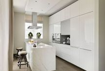Kitchen Architecture bulthaup case study : Luxury appartment / Kitchen Architecture - bulthaup b3 furniture in high-gloss white acrylic with work surface and end panel in Carrara marble, integrated gaggenau appliances