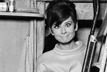 Audrey Hepburn / Британская и американская актриса, фотомодель и гуманитарный деятель. Получила «Оскар» в 1954 году за лучшую женскую роль в фильме «Римские каникулы» (1953). В 1988 году Хепбёрн становится международным послом доброй воли ЮНИСЕФ.  В 1992 году Хепбёрн за деятельность в ЮНИСЕФ награждается Президентской медалью Свободы. В 1999 году Одри Хепбёрн была поставлена Американским институтом киноискусства на третье место в списке величайших актрис американского кино.