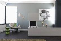 Do's Interiors | Project - Open End / Een strak vormgegeven nieuwbouwhuis met een zee van ruimte en hoge plafonds. Het contrast tussen moderne meubels en warme huiselijkheid wordt o.a. zichtbaar in de ambachtelijke houten stamtafel met grote industriële lampen. De grote kastopstelling aan de wand, in de vorm van een XXL letterbak, is een echte eyecatcher.