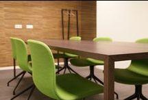 Do's Interiors | Project - Kantoor Bodec / Het nieuwe pand van foodtechnologie bedrijf Bodec in Helmond is ontworpen vanuit het idee dat de ruimtes zowel een natuurlijke als een hightech uitstraling moesten krijgen.  Zo zijn de diverse kantoorfuncties van elkaar gescheiden door middel van glazen binnenwanden terwijl de buitenmuren bekleed zijn met bamboe- en berkenschors behang. De kantine met barkrukken en 'losse' vergaderzitjes geven het kantoor een informele sfeer met een sprekende kleurstelling.