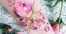 Blumen die unter die Haut gehen / Blumen und Kräuter sehen nicht nur im Garten schön aus. Ein Tattoo mit Blumen, Blättern und Ranken ist der absoluten Hingucker und so schön!
