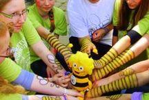 Arboretum Inspiruje a Maja podróżuje / Maskotką projektu jest sympatyczna pszczółka - zobaczcie gdzie zawędrowała wraz z naszymi działaniami. Kto za pozował wraz z nią do pamiątkowego zdjęcia.