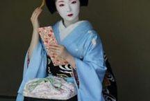 Kimonos / tenues magnifiques , chamarrées ou unies , obis et parures de cheveux ....... le Japon que j'aime