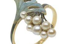Lalique : bijoux / Lalique René : né le 06 Avril 1860 à Ay  , décédé le 1er Mai 1945 à Paris . Maître verrier et bijoutier .
