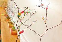 """★ ART INFANTIL - CHILDREN'S ART ★ / Aquesta tarda hem conegut un nou GRAN ARTISTA: El Jackson Pollock!  Pollock (1912-1956), va ser un pintor americà reconegut i una figura important de l'expressionisme abstracte.  Molt conegut també per la seva tècnica """"Action painting""""  que consisteix en col·locar el lienzo al terra i utilitzar els pinzells de forma rígida, contundent i amb moviments ràpids. Els meus petits grans artistes de 3 anyets han posat en pràctica aquesta tècnica tot utilitzant els tons de l'hivern."""