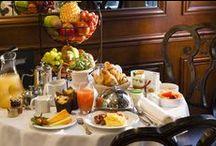 CAFÉ DA VINCI / Il accueille ses hôtes tout au long de la journée, que ce soit pour le petit déjeuner, pour prendre un café ou un verre / Open all day, for breakfast, coffee or to have a drink.