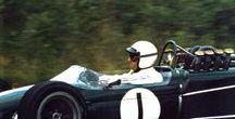 F1 Brabham / イギリスのコンストラクター。F1で2度チャンピオンに輝いたオーストラリア人ドライバーのジャック・ブラバムが、同郷の設計者ロン・トーラナックと1961年に設立。62年からF1に参戦する一方、F2、F3などのフォーミュラマシンを製作・市販した。F1では66、67年にコンストラクターズタイトルを獲得、市販フォーミュラの分野でも一時は世界最大のシェアを誇った。70年にブラバムが引退したあと、71年末には現在のF1界のドン、バーニー・エクレストンがチームを買収。70年代中盤からはゴードン・マーレー設計の独創的なマシンでF1に専念し、81、83年にはネルソン・ピケがドライバーズ・チャンピオンに輝いた。しかし、その後の成績は下降線をたどり、88年にエクレストンはチームを売却。やがて資金難に陥り、92年を最後にF1界から姿を消した。