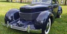 """Cord / 若き実業家エレット・ロバン・コードは、1924年にオーバン、1927年にデューセンバーグを相次いで買収。1929年にみずからの名を冠した画期的なFF車""""コードL-29""""を発売する。しかし売り上げ不振のため生産中止、810は1935年に新しく設計され、その発展型が812になる。812はラジエーターをエンジンルームに収め、リトラクタブルヘッドライトを持つといった先進的なメカニズムを備えていた。L-29から続くFF方式や電気式のバキュームギアシフトなど、エンジニアやデザイナーが理想を現実としたのがコードなのかもしれない。"""