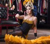 Pin-Up Vedete / Cinthia Isabel Alves, mais conhecida como Aurora D'Vine, a Dita Von Teese brasileira, representando as vedetes no editorial de Carnaval, data homenageada no Calendário de Pin-Ups Brasileiras do Universo Retrô.
