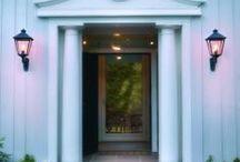 Bejárati ajtó megvilágítása / Elegáns keretet adnak a bejárati ajtónak, célszerű ha mozgásérzékelővel felszerelt modellt választunk. A különböző típusok, különböző világítási szöggel kaphatók, így más-más fényt vetítenek a homlokzatra.