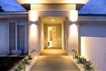 Homlokzatvilágítás esztétikusan / A ház falainak megvilágítására többféle megoldás létezik. Attól függően alkalmazhatjuk a különböző technikákat, hogy milyen a házunk vakolata, milyen éredekes építészeti megoldásokkal rendelkezik, mit érdemes világítással hangsúlyozni.