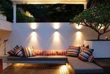 Teraszvilágítás / Teraszvilágítás kialakításakor érdemes különböző világítási szinteket létrehozni, eltérő világítási megoldásokat variálni, ahhoz hogy megnyugtató légkört teremtsünk. Használhatunk fali lámpákat, leszúrható vagy besüllyeszthető lámpákat.