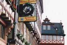 Frankfurt / Frankfurt am Main. Die Stadt, in der ich geboren wurde. Eine wunderschöne Skyline, den tollsten Fußballverein der Welt: Eintracht Frankfurt. Der Römer, Sachsenhausen...