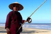 Wietnam / Wietnam to cuda natury, zabytki starej kultury khmerskiej, wspaniałe świątynie buddyjskie, pałace i miasta. Wietnam to także przyjaźni ludzie, dzielnie budujący swój kraj dzień po dniu, pomimo historycznych zawirowań, wyniszczających wojen i wciąż jeszcze obecnej tu biedy. Jeśli chcesz zobaczyć prawdziwe oblicze tego kraju - zapraszamy na nasze wycieczki