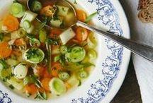 Suppen und Eintöpfe / Wenn es draußen düster und grau ist, bringen uns Suppen und Eintöpfe viel Wärme. Entdeckt hier leckere Rezepte und Tipps für Suppen und Eintöpfe.