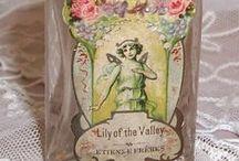Vintage hajuvesipullot, make-up, mainokset ja etiketit